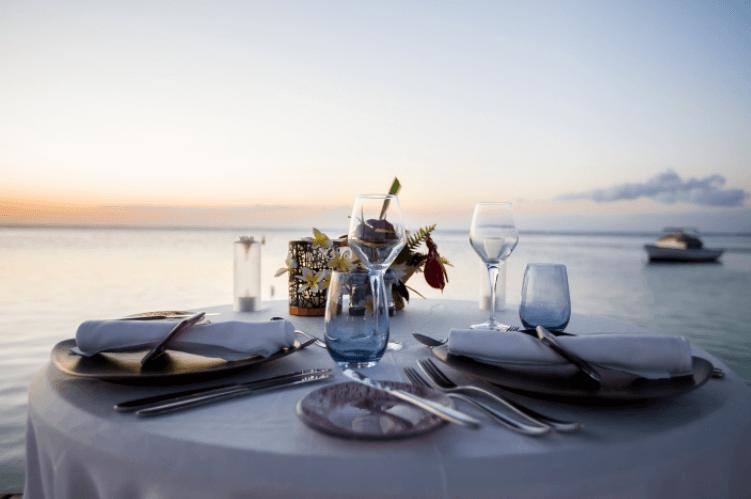 3 hình ảnh ăn tối bên bãi biển lãng mạn trên Shutterstock